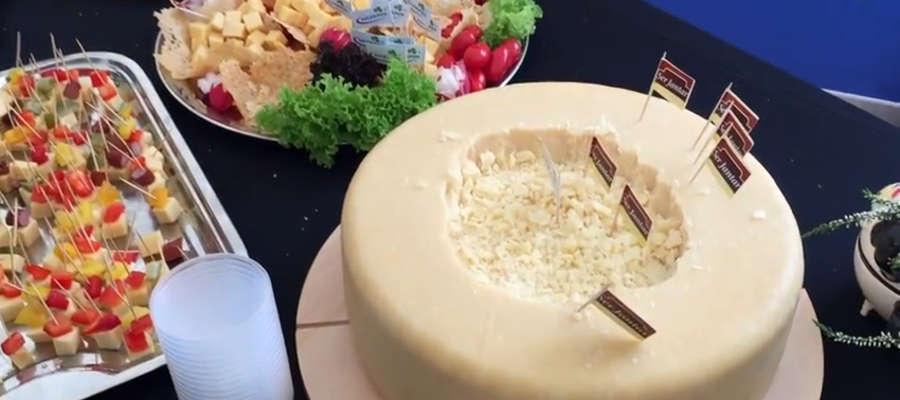 Podczas imprezy można było skosztować serowych smakołyków.
