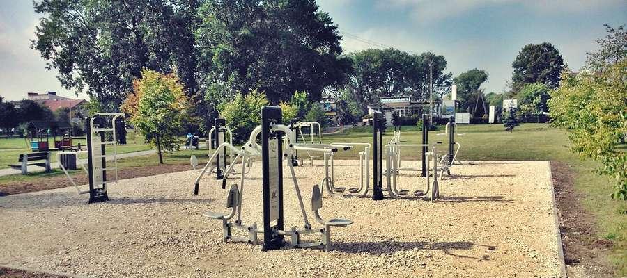 W płońskim Parku 600-lecia jest już terenowa siłownia. Składa się z siedmiu podwójnych urządzeń