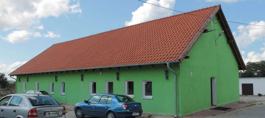 Budynek biurowy ZGKiM w Bisztynku. To o wykonanie robót dodatkowych w tym budynku toczył się przegrany przez gminę Bisztynek spór sądowy.
