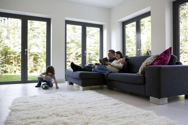 Energooszczędność mogą zapewniać także odpowiednio dobrane materiały - np. niskeomisyjne szyby w oknach - full image