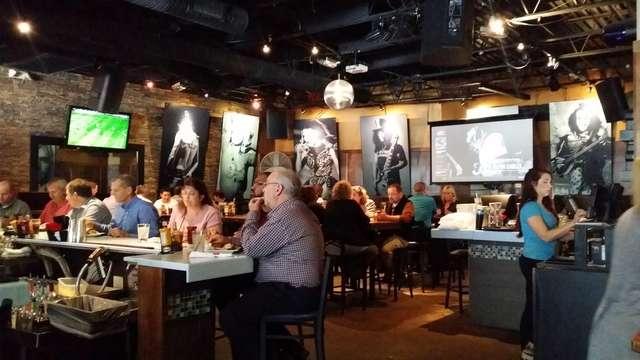 Typowy amerykański pub z kilkoma telewizorami, na każdym relacja z innej dyscypliny sportu - full image