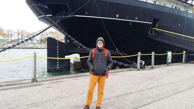 Na tle gigantycznego statku na jeziorze Erie w Cleveland - full image