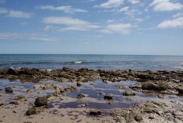 Fuerteventura słynie z pięknych, piaszczystych plaż, ale zdarzają się też kamieniste wybrzeża