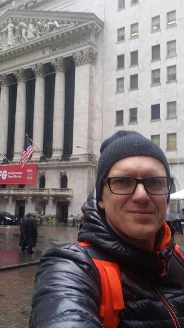 Selfie zrobione przed głównym wejściem do budynku Giełdy