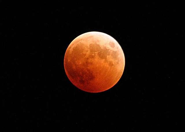 W nocy z 27 na 28 września mogliśmy obserwować Zaćmienie Superksiężyca - nasz satelita przybrał wówczas czerwoną barwę