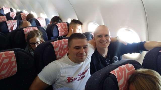 Autor (w ciemnej bluzie) w samolocie w drodze do USA - full image