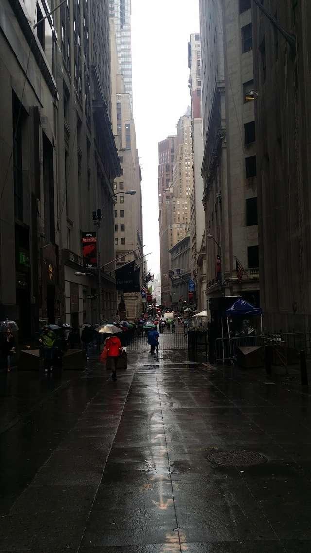 Wall Street, za barierką budynek Giełdy