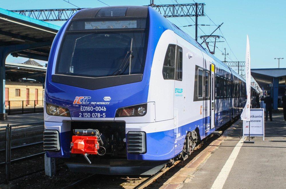 flirt3 dla pkp intercity Jak już pisaliśmy na łamach inforailpl pkp intercity będą kupować ezt-y dla przewoźników kolejowych oznacza to pojazd oszczędny, niewymagający a to flirt 3 będący we flocie pkp ic nie jest wersją dalekobieżną.