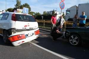 """Mazda uderzyła w """"elkę"""" na Sielskiej w Olsztynie. Instruktor w szpitalu"""