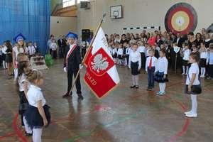 Pierwszaki z lubawskiej podstawówki pasowane na uczniów
