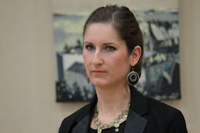 Ewa Niewolska-Ozga podczas wernisażu jej wystawy w ośrodku kultury w Bisztynku.