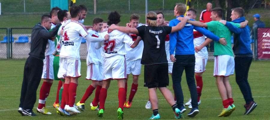 Tak cieszyli się piłkarze Motoru po zwycięstwie w Wielbarku. Czekamy na podobny taniec radości po meczu z Mamrami…