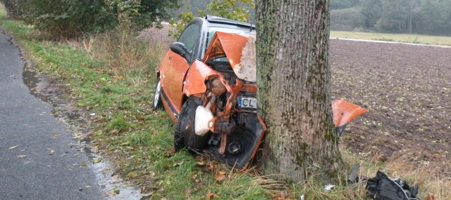 Wypadek samochodu osobowego na drodze powiatowej między Krzemieniewem i Sugajenkiem