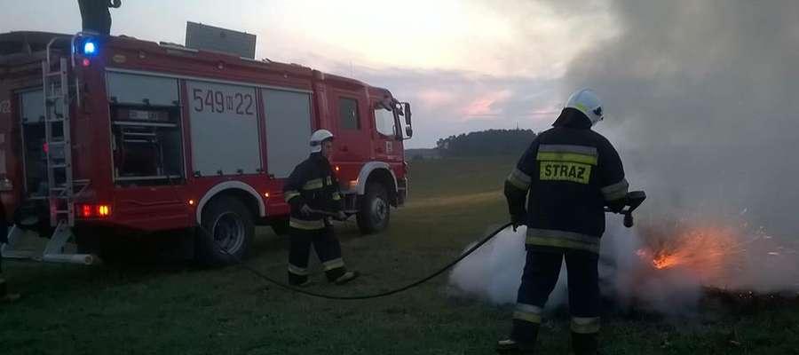 W Kwiku paliły się dwie bele siana