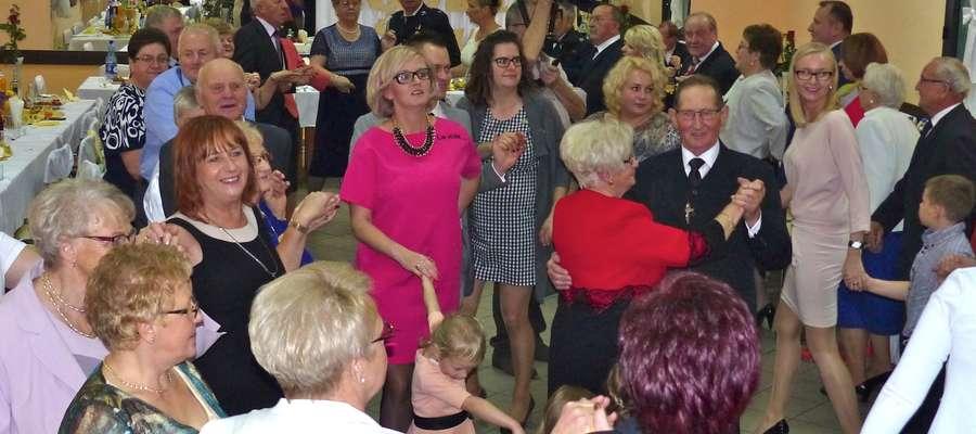 Goście jubileuszowej uroczystości w tańcu