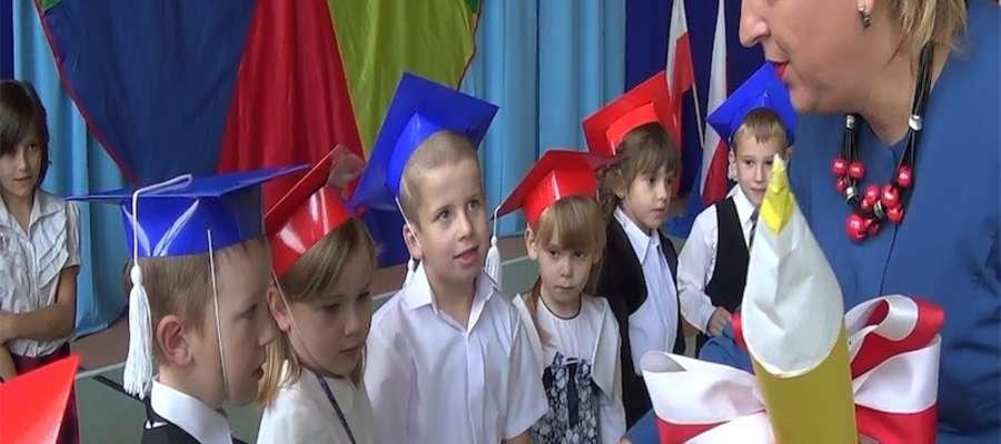 Podczas ślubowania w szkole w Tereszewie