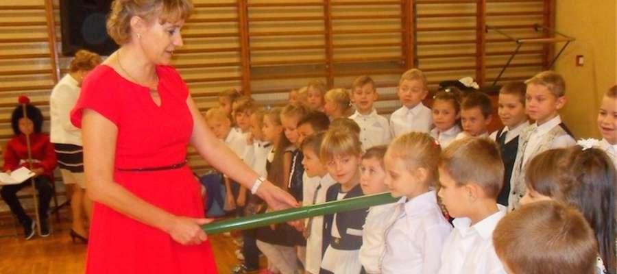 Teresa Buzanowska, dyrektorka szkoły pasuje pierwszaków na uczniów