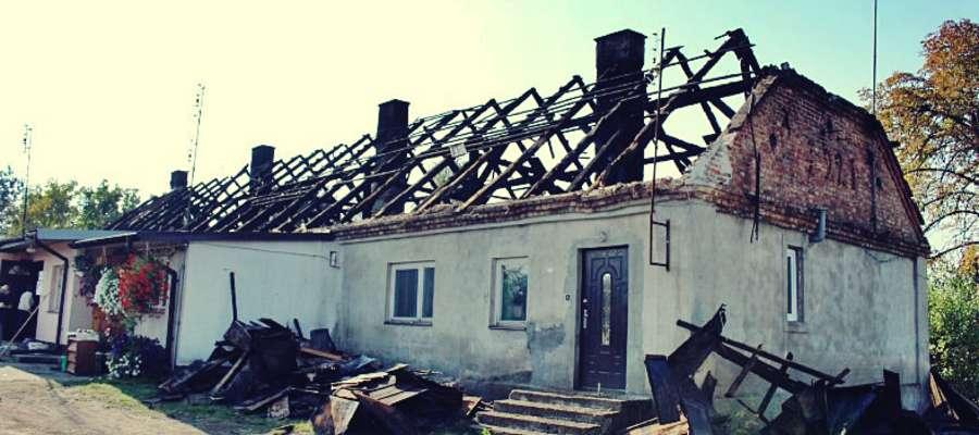 Dom w Kroczewie po sobotnim pożarze. W akcja gaśniczej brało udział 12 jednostek straży pożarnej z terenu powiatu płońskiego i nowodworskiego