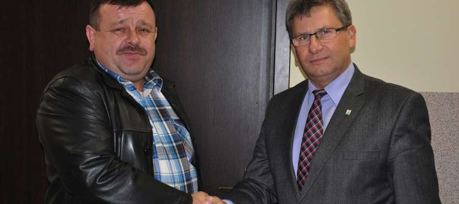 Gratulacje nowo wybranemu sołtysowi (Robert Rzepka z lewej) złożył obecny na zebraniu Burmistrz Susza Krzysztof Pietrzykowski (z prawej)