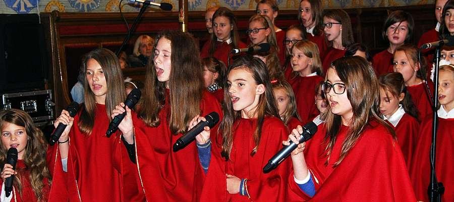 """Schola ,,Gwiazdeczki Michała"""" podczas niedzielnego występu. Kciuki za śpiewające dziewczynki trzymała m.in. Danuta Błażejczyk"""