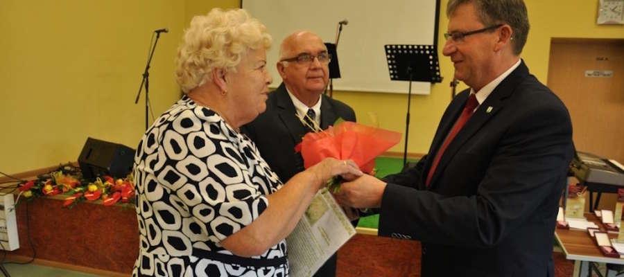 Medale parom małżeńskim z wieloletnim stażem wręczał burmistrz Susza Krzysztof Pietrzykowski