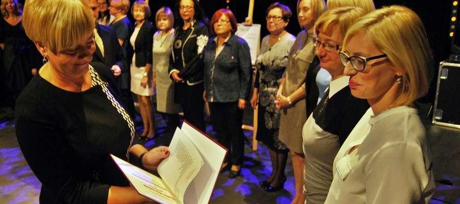 Z okazji Dnia Edukacji Narodowej dyrektorzy szkół przyznali nagrody nauczycielom (na zdjęciu wyróżnienie wręcza Teodozja Gorlewska ze Szkoły Podstawowej nr 3)