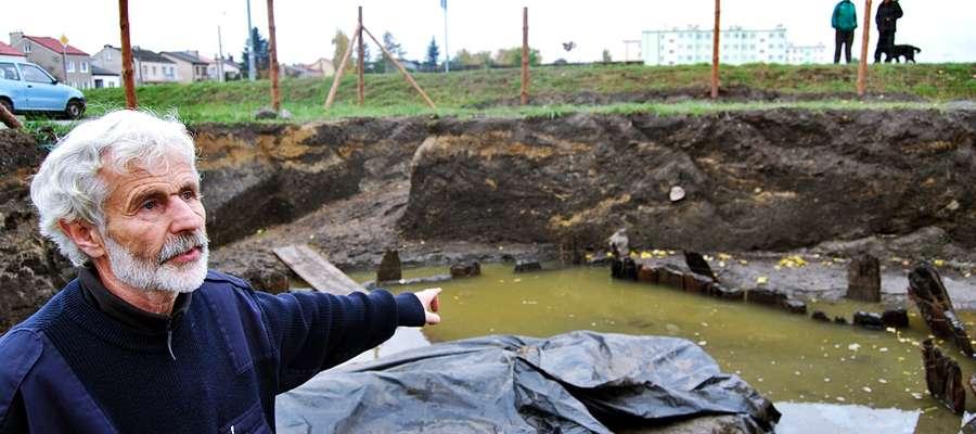 Marek Gierlach w miejscu, gdzie natrafiono na dobrze zachowaną VIII-wieczną chatę