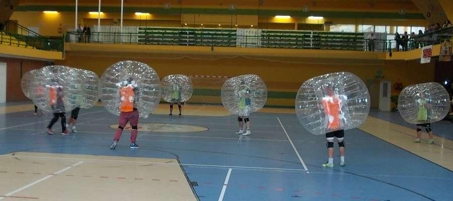 Zdjęcie jest ilustracją do artykułu — turniej bubble football rozegrany w lipcu tego roku w Iławie