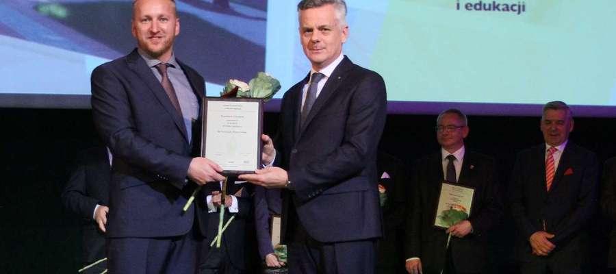 Nagrodę z rąk Piotra Żuchowskiego odebrał burmistrz Gołdapi Tomasz Luto (pierwszy z lewej)