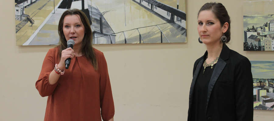 Wioletta Jaskólska (z lewej) wita na malarkę Ewę Niewolską-Ozgę na wernisażu w ośrodku kultury w Bisztynku.