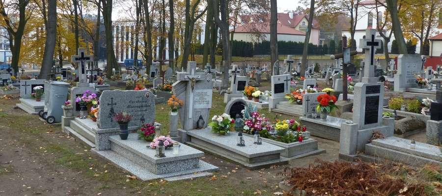 Pod koniec wieku XIX przy dzisiejszej ulicy Wyszyńskiego wygospodarowano teren pod pochówek iławskich katolików. To istniejący jeszcze do dziś cmentarz przy białym kościele