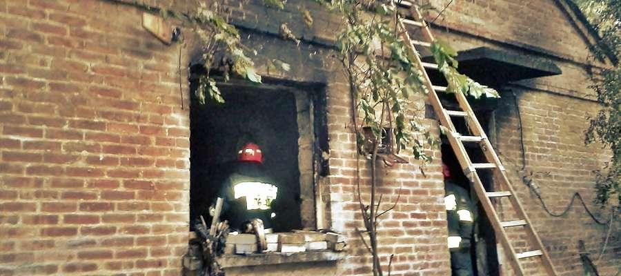 Sądowy biegły określi dokładną przyczynę tragicznego pożaru domu we wsi  Podmarszczyn. W akcji gaśniczej budynku brało udział siedem jednostek straży pożarnej