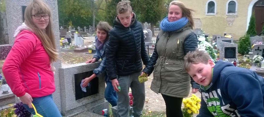 Młodzież posprzątała grób Albina Nowickiego