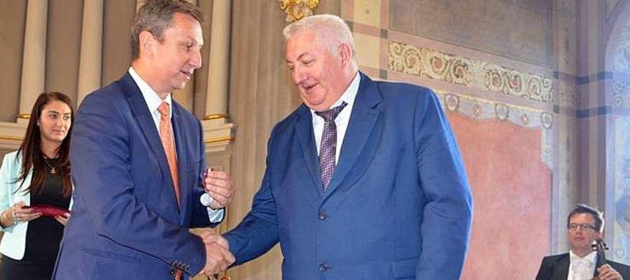 Wójt płońskiej gminy otrzymał medal z rąk ministra Andrzeja Halickiego