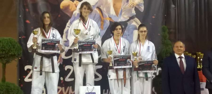 Pierwsza z lewej Adrianna Mrówka (Bartoszycki Klub Kyokushin Karate), młodzieżowa wicemistrzyni Polski