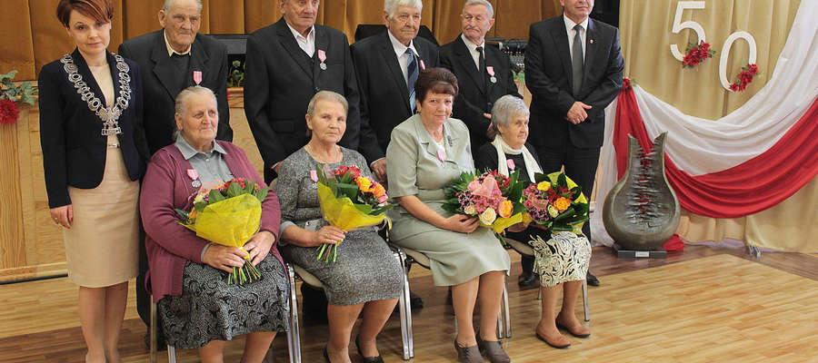 Na zdjęciu od lewej: kierownik USC w Bisztynku Beata Brodowska - Kozerska,  państwo Sadziakowie, Misiorowie, Mackiewiczowie i obchodzący diamentowe gody - państwo Grablewscy oraz burmistrz Bisztynka - Marek Dominiak.