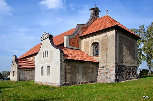 Jesionowo: kościół parafialny pod wezwaniem Świętych Marcina, Rocha i Walentego - full image