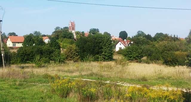 Widok na Dywity z charakterystyczną wieżą kościoła - full image