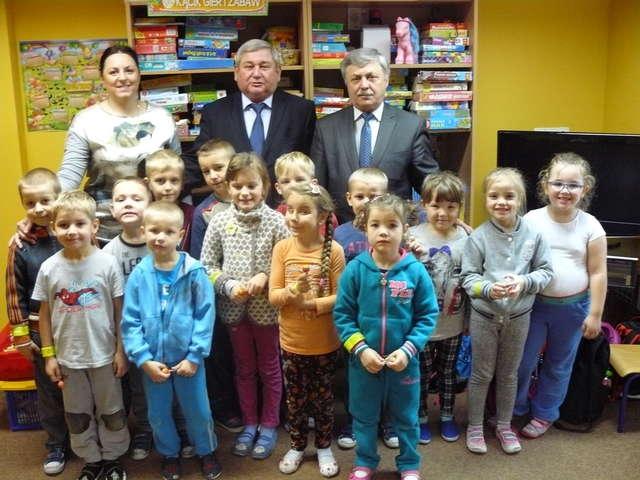 Najmłodsi uczniowie z  Gminy Kiwity z przewodniczącym Janem Harhajem i wójtem Wiesławem Tkaczukiem