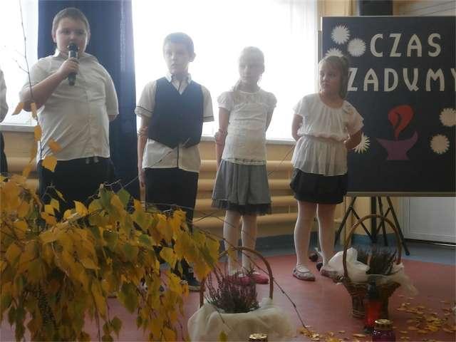 Podczas apelu w szkole w Zwiniarzu