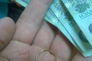 Prosił o pomoc... Uwierzył oszustowi i dał mu 400 zł za biżuterię z tombaku