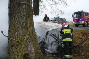 Po zderzeniu, samochód stanął w płomieniach. Ranny mężczyzna w szpitalu
