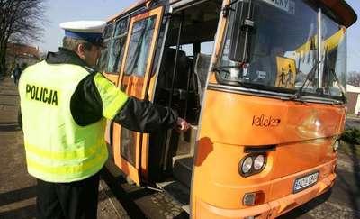 Wjechał w autobus szkolny pełen dzieci, stracił prawo jazdy