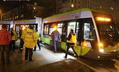 Pierwszy tramwaj już ruszył! Krawężniki uniemożliwiły przejazd [FILM i ZDJĘCIA]