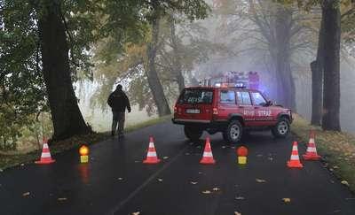 21-latek wjechał audi w drzewo, pasażer zakleszczony w samochodzie