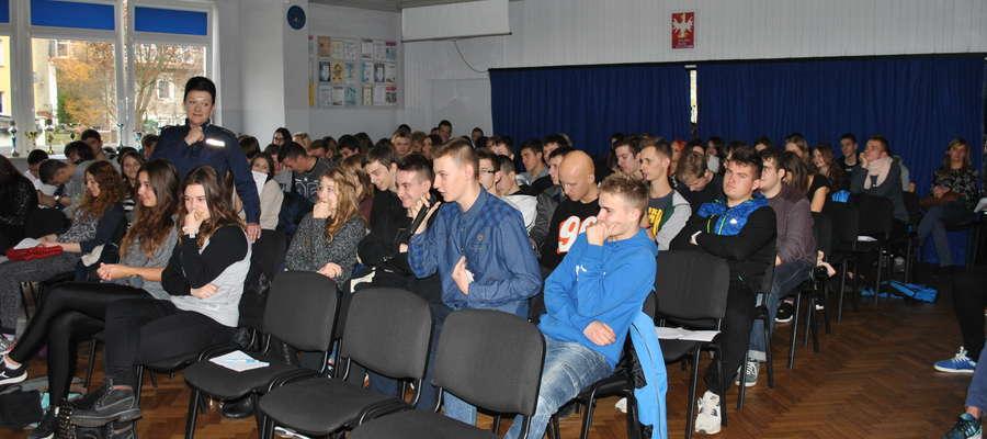 Młodzież miała okazję zadawać pytania na temat dopalaczy zaproszonym ekspertom.