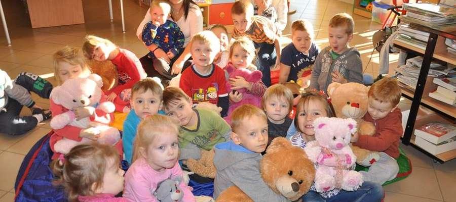 Dzieci podczas uroczystości w bibliotece