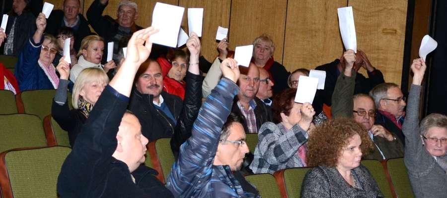 Członkowie spółdzielni podczas głosowania