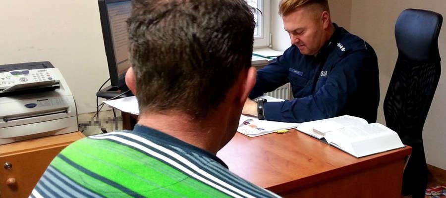 Policjant przedstawia zarzuty kierowcy