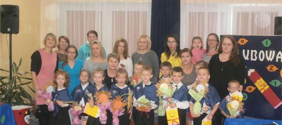 Uczniowie klasy pierwszej ze szkoły w Zwiniarzu w otoczeniu najbliższych i nauczycieli